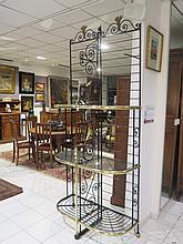 ETAGERE à pain en fer laqué noir et laiton doré à trois niveaux. Epoque première moitié du XX°siècle. Maison Perret,