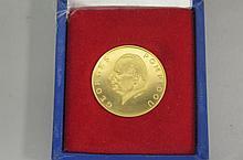 PIECE commémorative de 5000F en or jaune représentant  la visite du président Georges Pompidou avec les valeurs : travail, union et justice.