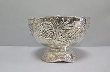 Belle COUPE sur piédouche en métal argenté ornée d'un décor de style art nouveau.