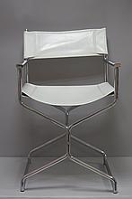 Paire de CHAISES pliantes modèle cinéma en acier chromé et simili cuir blanc.