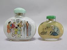 Deux TABATIERES oblongues en verre peint à l'intérieur, illustrées de scènes légendaires.