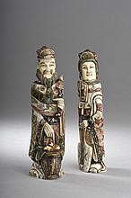 Paire de TABATIERES illustrant un couple de dignitaires tenant un panier de pêches de longévité, un éventail, un instrument de musique à corde vêtus dans leurs habits de cour.