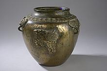 POT moulé sur la panse d'animaux chimériques, anses zoomorphes à l'épaulement à masque de Tao Tié et frises lotiformes.