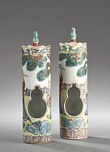 Paire de MANGEOIRES à oiseaux en porcelaine de la famille Rose à découpe de cavité double gourde et décor de sages taoïstes.