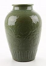 Een celadon geglazuurde vaas.