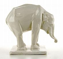 Een wit geglazuurd porseleinen staande olifant.