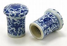Een paar blauw wit 'scroll ends'.