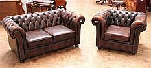 Een bruin lederen chesterfield bank en een fauteuil.