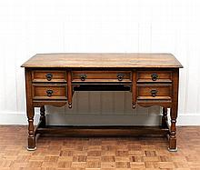 Een eiken bureau