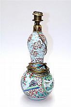 Een polychrome Chinees porseleinen knobbelvaas gemonteerd als lampenvoet.