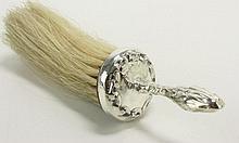 Een zilveren greep met borsteltje