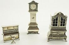 Een miniatuur zilveren kabinet, staande klok en een piano met kruk