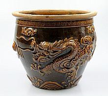 Een bruin glazuur cache-pot met decor van draken