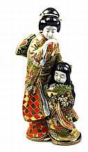 Een polychroom Japans figuurstuk - vrouw met kind