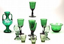 Een kavel met vijf groene kristallen glazen