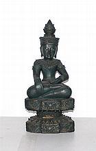 Een sculptuur van een zittende Boeddha