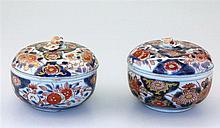 Twee diverse Imari ronde dozen met deksel.