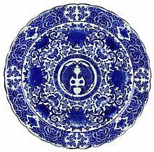 Een Japans blauw wit Arita grote ronde schotel.