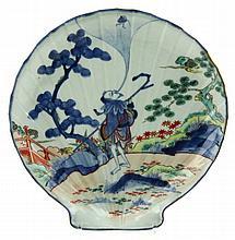 Een Japans Imari schotel in schelpvorm.