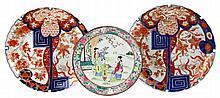 Een paar Japans Imari ronde schotels en een polychrome bord.