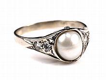 Een 14k witgouden diamanten ring