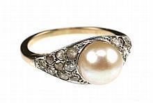 Een 14k gouden cultivé parel en diamanten ring