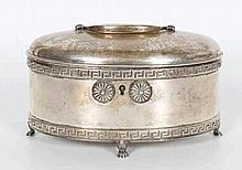 Een zilveren theedoos. Ovaal model met scharniere