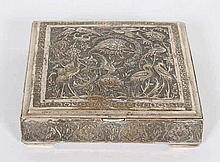 Een zilveren dekseldoos. Vierkant model met schar