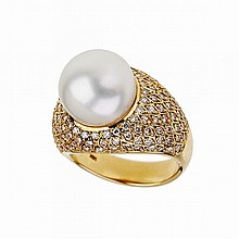 18k Yellow Gold Ring, set with a South Sea pearl (12.5mm) in a mount decorated with 130 small brilliant cut diamonds