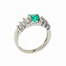 14k White Gold Ring, set with an emerald (approx. 0.70ct.) and 22 small baguette cut diamonds