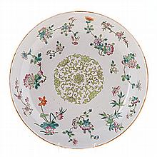 A CHINESE FAMILLE VERT DISH, LATE 19TH CENTURY painted with a central green