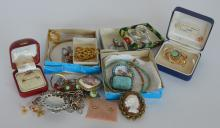 A small collection of costume jewellery. Est. £20