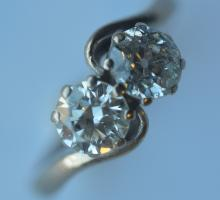 A good diamond two stone crossover ring in 18 cara