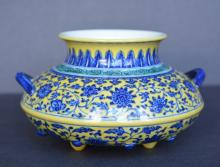 A FINE AND RARE YELLOW-GROUND WHITE AND BLUE VASE