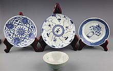 A GROUP OF FOUR BLUE AND WHITE PORCELAIN PLATE