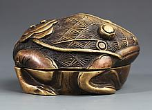 A GOLDEN TOAD FIGURE BRONZE DECORATION
