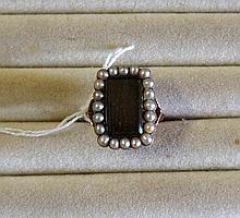 Early C19th 9ct gold & seed pearl mourning ring