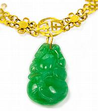 A CHINESE GOLD AND JADEITE PENDANT NECKLACE