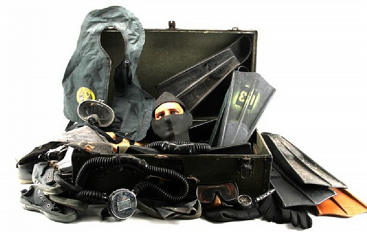 US NAVY TRUNK WITH DIVING GEAR VOIT FINS REGULATOR