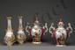 Paire de vases balustre à long col en porcelaine de Paris à décor polychrome or à décor de filets.  Époque Romantique.  H.  38 cm - Diam.  col : 12 cm
