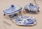 Terrine rectangulaire à panset son présentoir en porcelaine bleu de Chine.  Décor de paysage lacustre animé.  H.  27 cm - L.  18 cm Vers 1800.