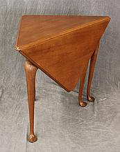 Kittinger Buffalo, Queen Anne Style Dropleaf Handkerchief / Corner Table, Mahogany, Scrolled Apron on Tapered Legs and Pad Feet, 27
