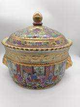 Exceptional Qianlong Period of Qing Dynasty Pot With Cover