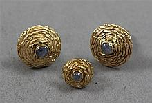 THREE PIECE STAMPED 14K YELLOW GOLD CUFF LINK AND TIE TAC SET WITH GRAY STAR SAPPHIRE ACCENTS, 5/8