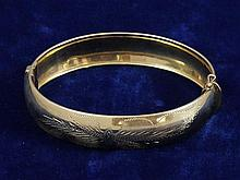 14K YELLOW GOLD HINGED BANGLE BRACELET, 2 1/2