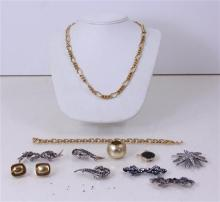 LOT COSTUME JEWELRY INCLUDING SILVERTONE PINS, GOLDTONE CHAINS AND EARRINGS