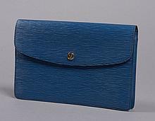Louis VUITTON, Pochette ou prote-document en cuir épi bleu, rabat fermant à pression orné du sigle de la marque en métal doré, une poch