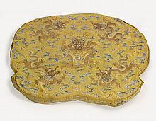 DESSUS DE COUSSIN IMPÉRIAL EN SOIE JAUNE BRODÉE, CHINE, DYNASTIE QING, ÉPOQUE QIANLONG (1736-1795)