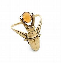 MIAULT Bague en or jaune ciselée d'un coléoptère retenant une opale d'eau taillée en cabochon. (accident) Epoque 1900. Signée...