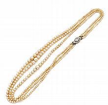 CHAUMET Collier de trois rangs de perles fines en chute, le fermoir  en platine et or gris serti d'un diamant navette dans un ento...
